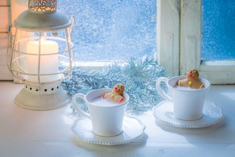 Вкусный и сладостный человек пряника 2 в чашке для рождества стоковое изображение rf