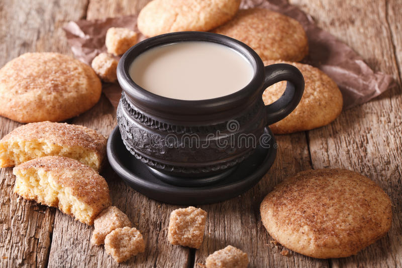 Вкусный конец-вверх печений и молока Snickerdoodle на таблице Hori стоковые фото