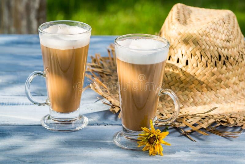 Вкусный кофе, который служат в саде стоковая фотография rf