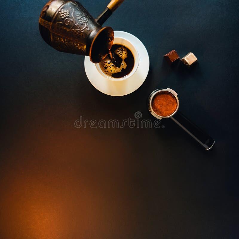 Вкусный кофе на черной таблице с шоколадом стоковые фотографии rf
