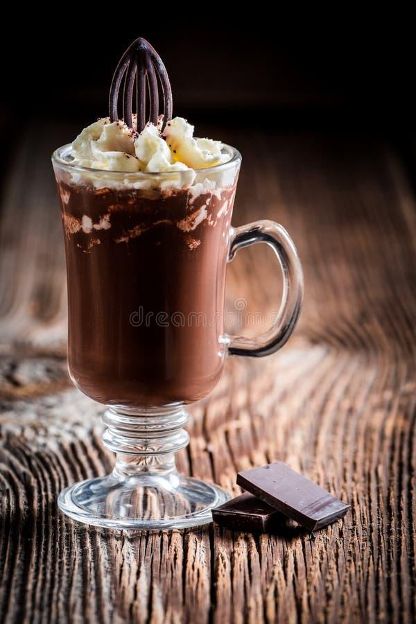 Вкусный кофе шоколада с взбитой сливк стоковые фото