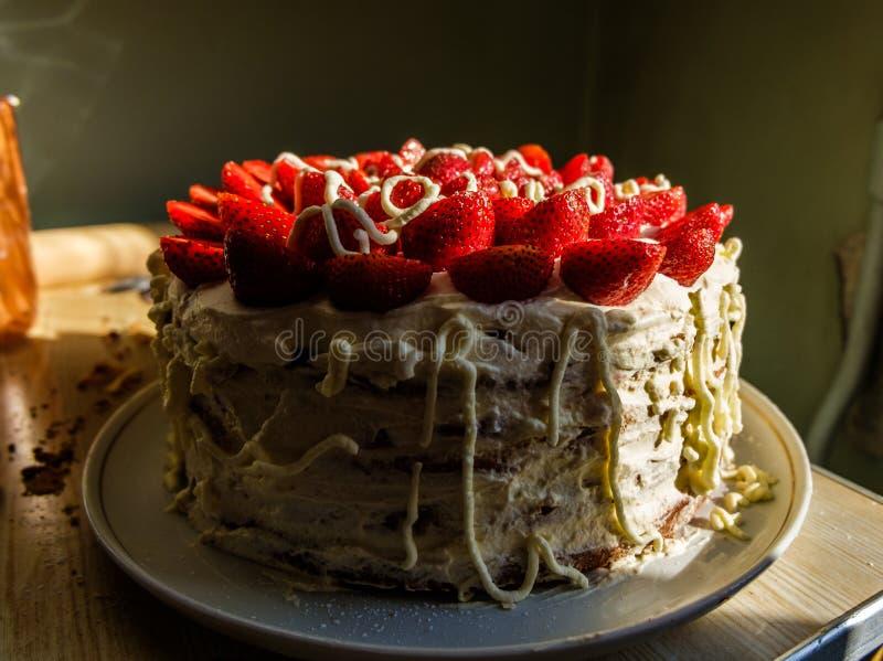 Вкусный красивый домодельный торт с клубниками и взбитой сливк стоковое изображение rf
