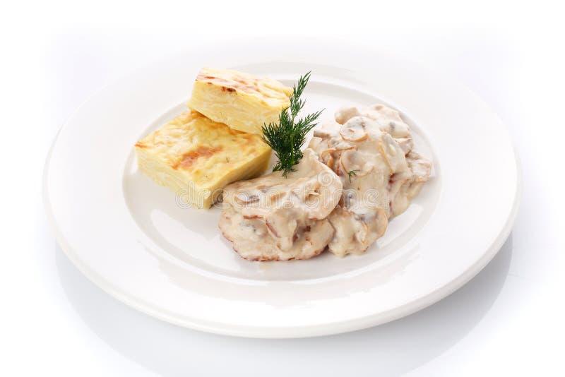 вкусный обед Сотейник с соусом гриба на белизне стоковое изображение rf
