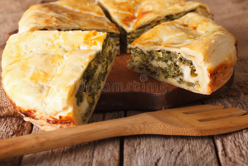 Вкусный отрезанный греческий пирог с концом-вверх шпината и сыра горизонт стоковые изображения