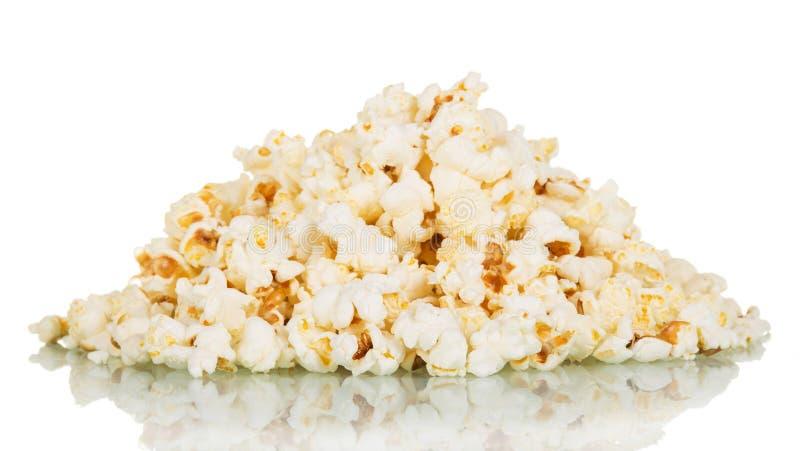 Вкусный попкорн изолированный на белизне стоковые изображения