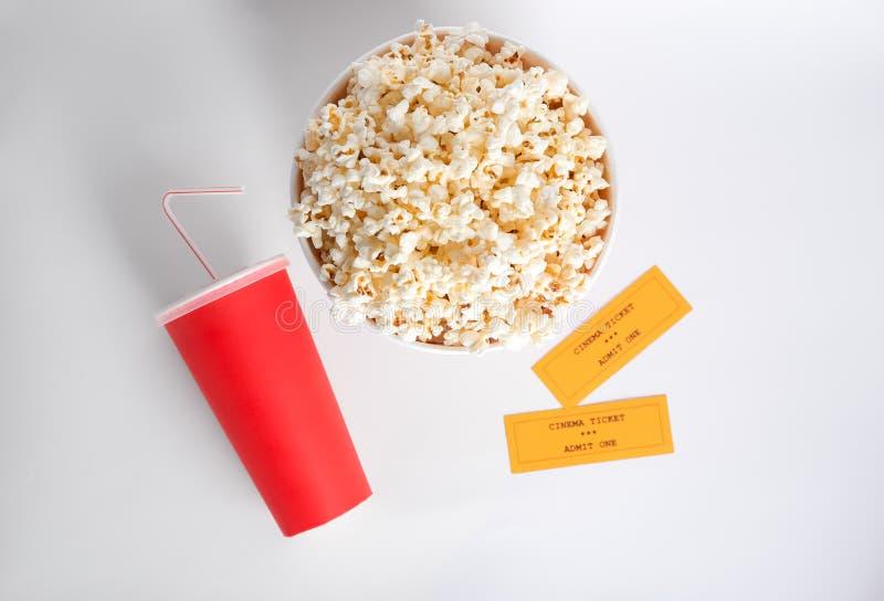 Вкусный попкорн, чашка с питьем и билеты кино стоковое изображение rf