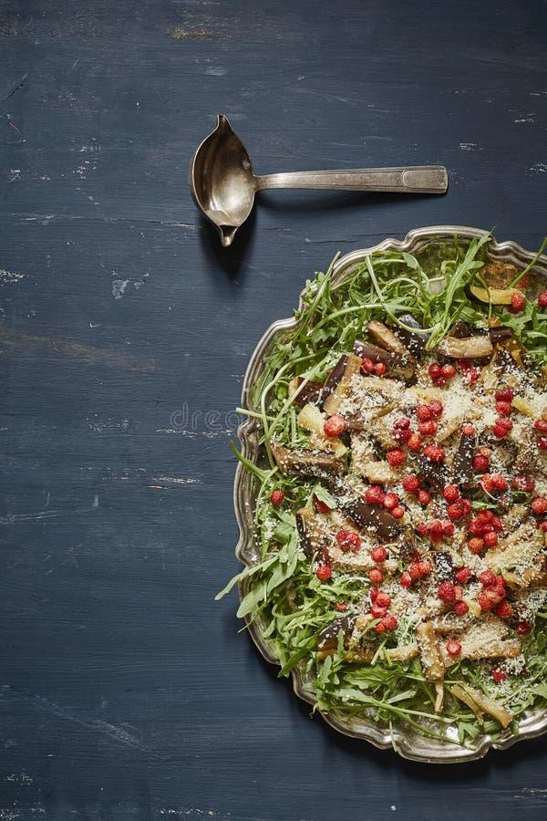 Вкусный салат с клин баклажана, rucola, одичалые клубники и стоковое фото