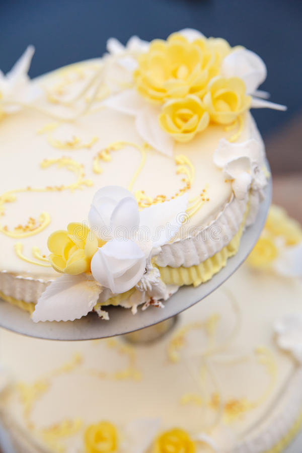 Вкусный свадебный пирог с цветками стоковые фотографии rf