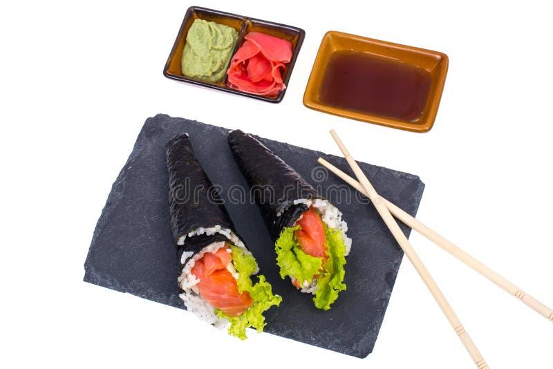 Вкусный свежий конус суш на черном камне стоковая фотография