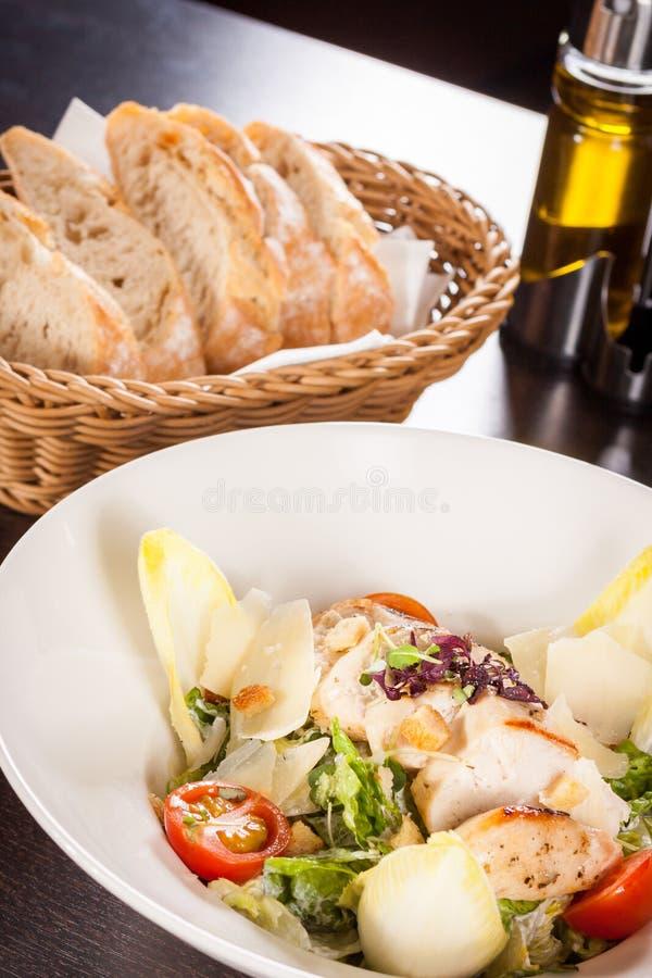 Вкусный свежий салат цезаря с зажаренными цыпленком и пармезаном стоковое фото
