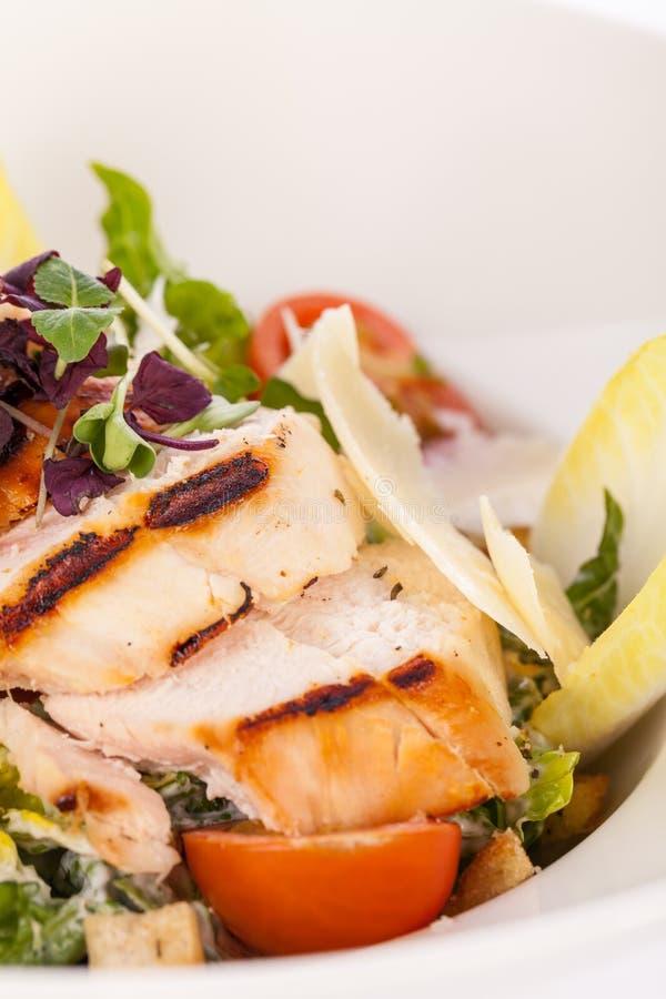 Вкусный свежий салат цезаря с зажаренными цыпленком и пармезаном стоковое изображение rf