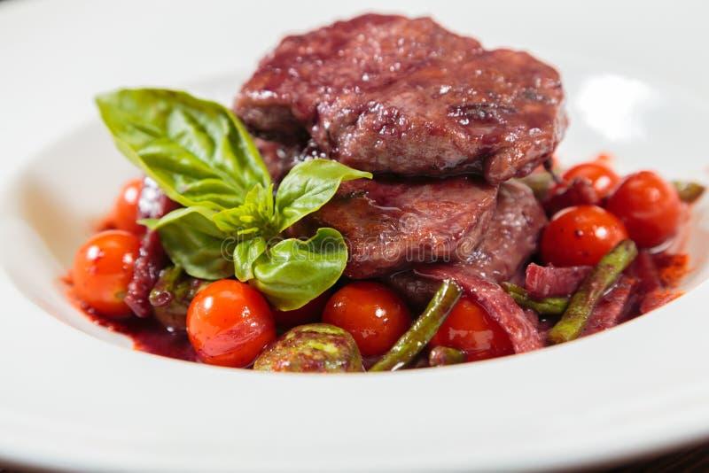 Вкусный соус стручка мясного блюда с овощами стоковые изображения rf