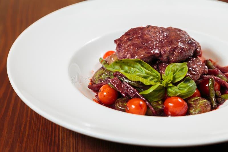 Вкусный соус стручка мясного блюда с овощами стоковые фото
