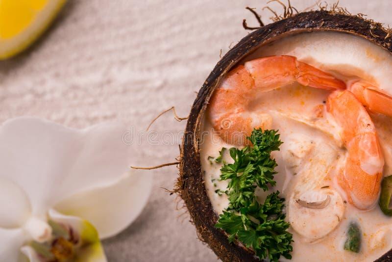 Вкусный суп креветки с молоком кокоса, травой листьев известки kaffir, galangal, чилей и лимона в кокосе стоковые изображения