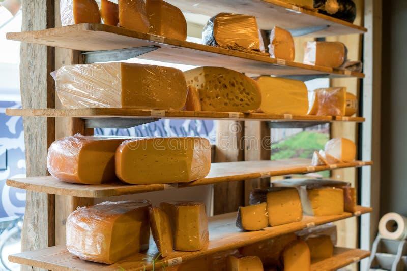 Вкусный сыр на полках в магазине стоковые фотографии rf