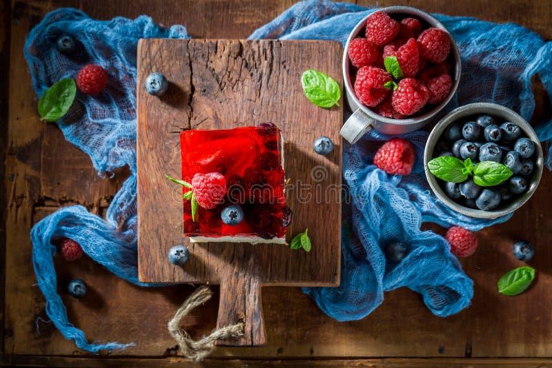 Вкусный торт с свежими ягодами и студнем стоковые изображения rf