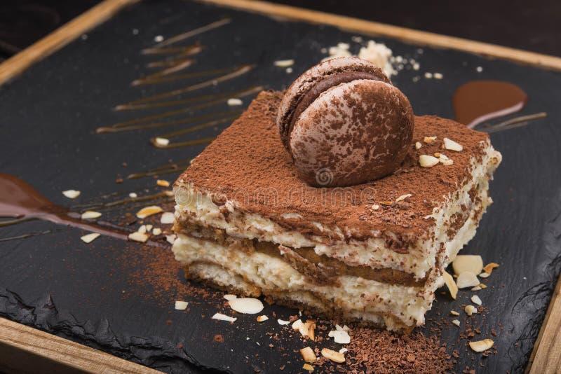 вкусный торт тирамису на доске шифера стоковые фото