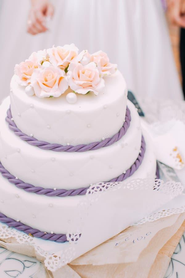 Вкусный украшенный свадебный пирог с розами и фиолетовой сметаной стоковые фотографии rf