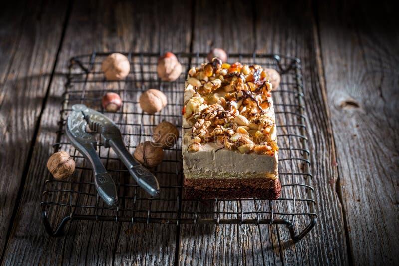 Вкусный шоколадный торт с грецкими орехами и moouse на темной таблице стоковое фото rf