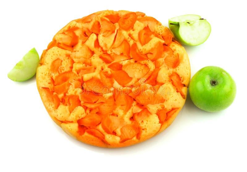 Вкусный яблочный пирог домодельный с зелеными свежими яблоками и slises яблок стоковые изображения