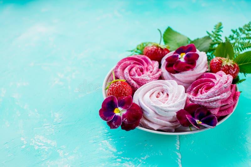 Вкус ягоды зефира, розовый цвет zephyr на предпосылке бирюзы чаепитие сладкий десерт, шоколадный батончик Чувствительный стоковое изображение rf