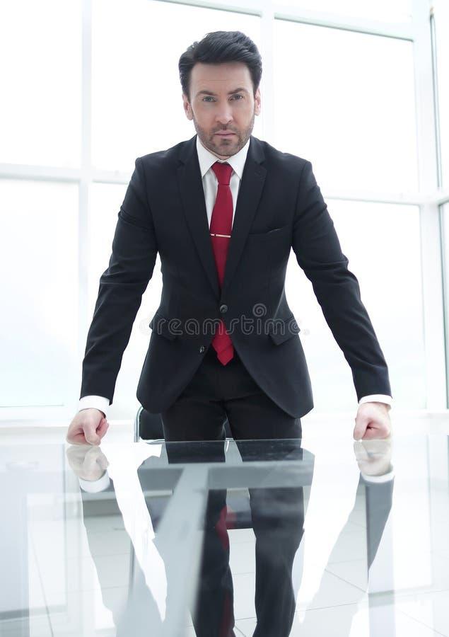 Владелец бизнеса начинает неофициальную деловую встречу стоковое изображение rf