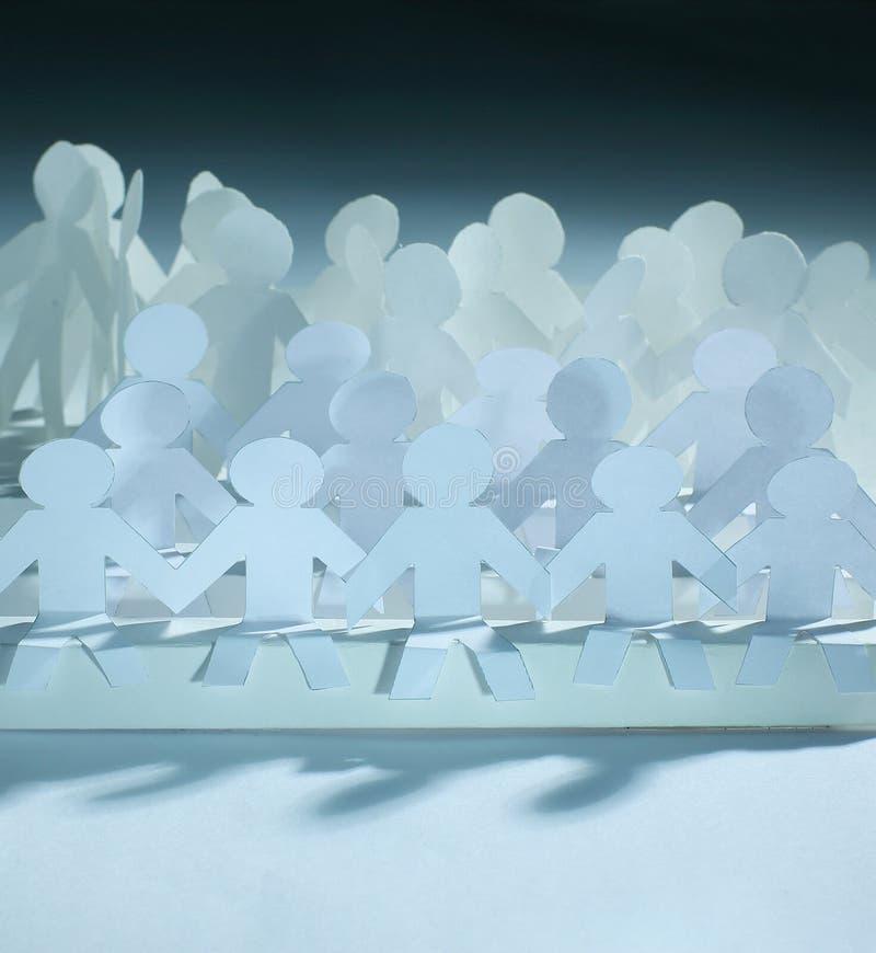 владение домашнего ключа принципиальной схемы дела золотистое достигая небо к большая команда бумажной куклы стоковое фото