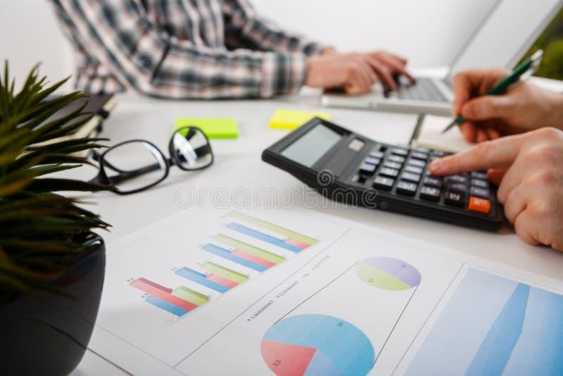 владение домашнего ключа принципиальной схемы дела золотистое достигая небо к 2 бизнесмен работа и встречать диаграммы на офисе н стоковое фото