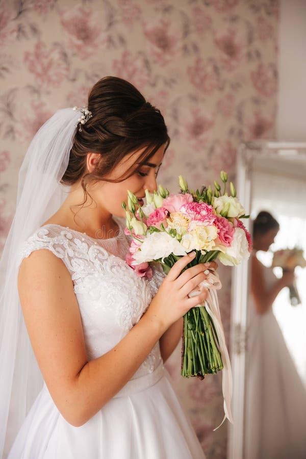 Владение невесты букет цветков в ее руке венчание сбора винограда дня пар одежды счастливое стоковые изображения rf