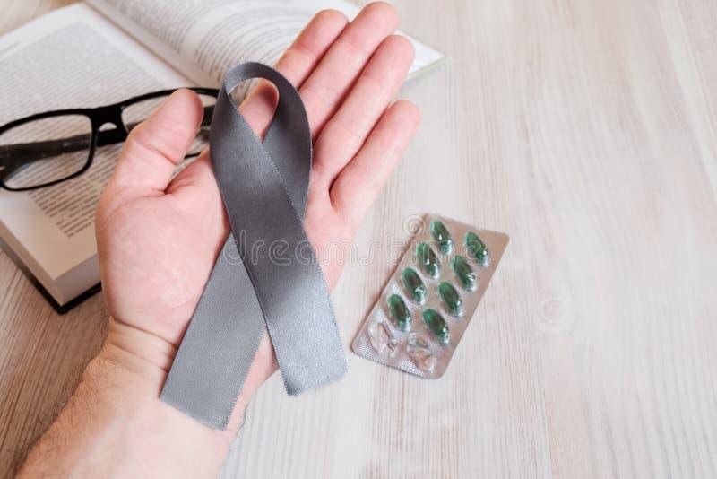 Владение руки ` s человека серая лента стоковое изображение