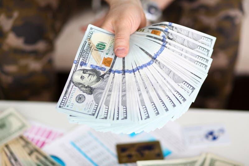 Владение человека в руке большой жирный пакет денег США стоковое фото rf