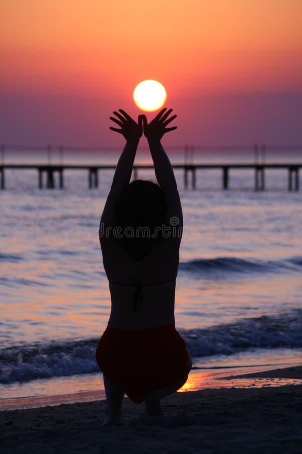 владения девушки lowing солнце стоковая фотография