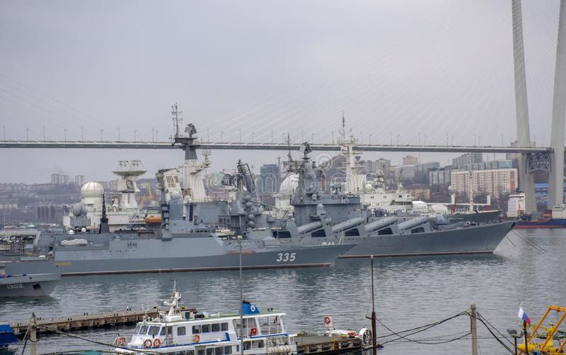 Владивосток: Корабли в золотом заливе рожка стоковое фото rf
