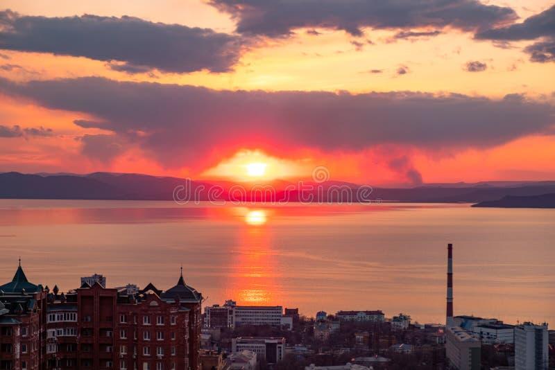 Владивосток, Россия - 7-ое апреля 2019: Панорамный вид города Владивостока против захода солнца стоковая фотография