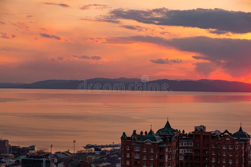 Владивосток, Россия - 7-ое апреля 2019: Панорамный вид города Владивостока против захода солнца стоковые изображения