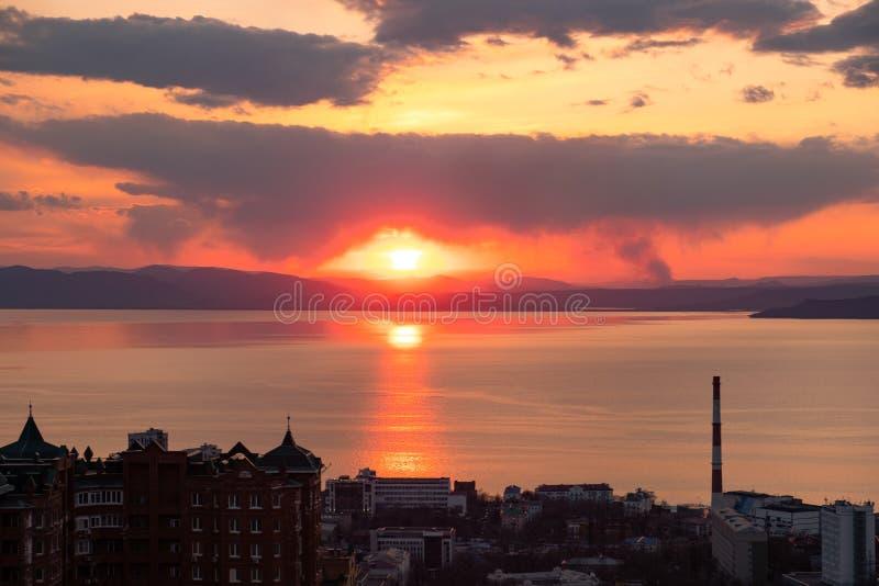 Владивосток, Россия - 7-ое апреля 2019: Панорамный вид города Владивостока против захода солнца стоковое изображение rf