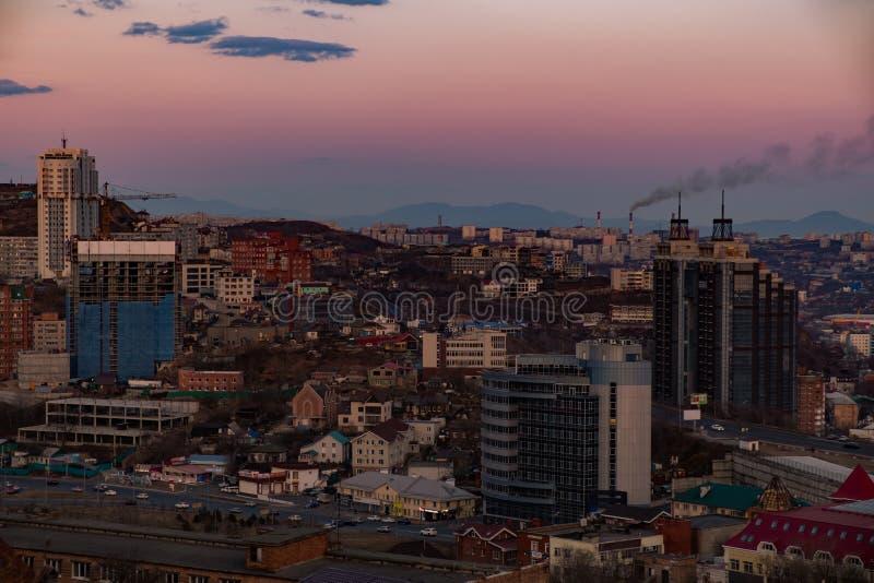 Владивосток, Россия - 7-ое апреля 2019: Панорамный вид города Владивостока против захода солнца стоковые фото