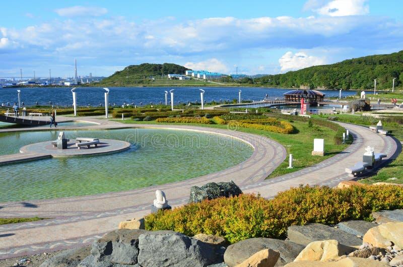 Владивосток, Россия, 14-ое сентября 2017 Припаркуйте зону рядом с научным и приспособительным зданием его Oceanarium на острове R стоковые изображения