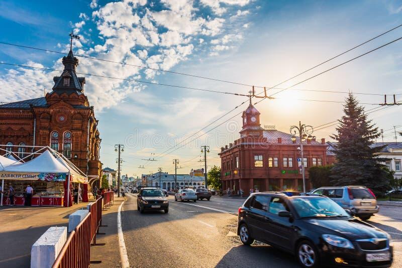 Владимир, Россия - около август 2018: Автомобили городского транспорта на улицы центре города внутри Владимира, России в лете стоковая фотография