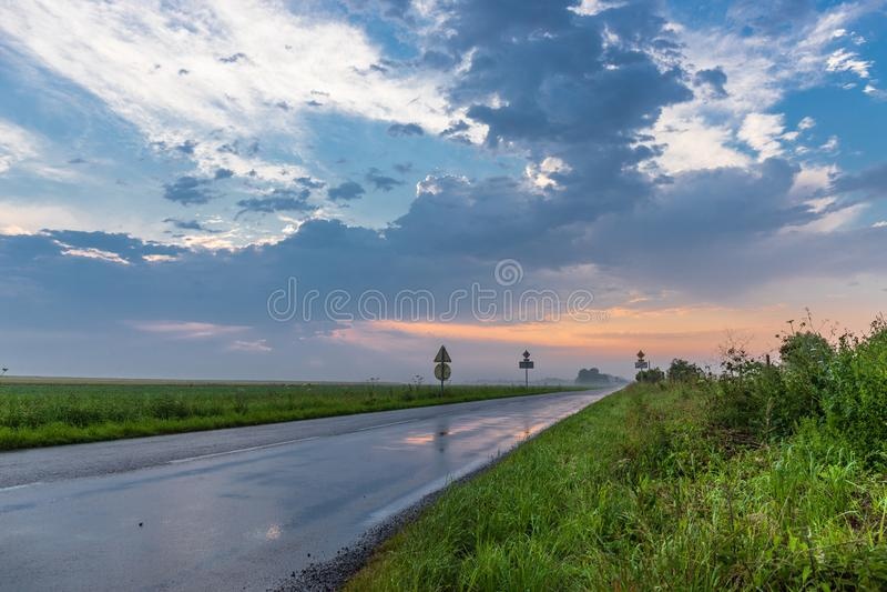 Влажная дорога после шторма со светофорами стоковые фотографии rf