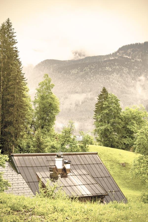 Влажная крыша в сельской Австрии стоковая фотография