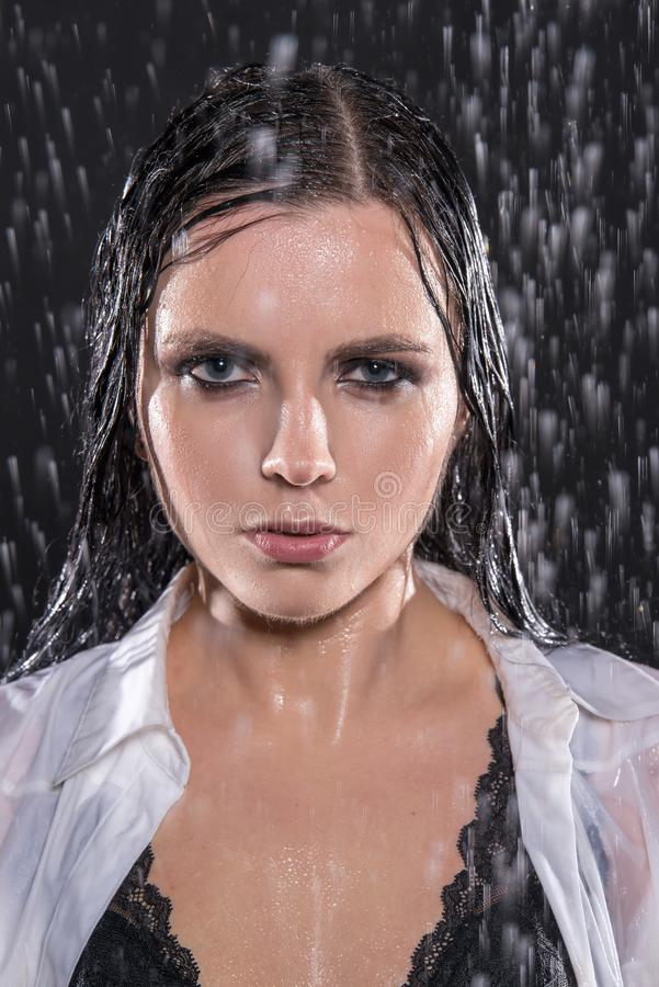 Влажная молодая сексуальная женщина в студии aqua под водой падает стоковое изображение