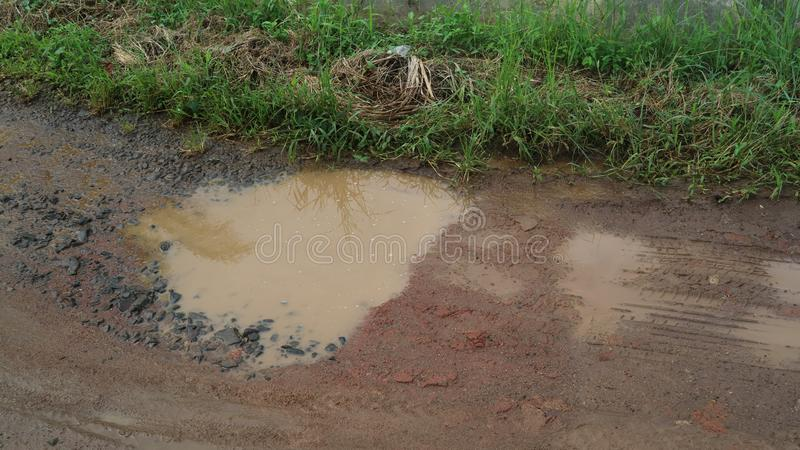 Влажная почва на дороге отказа стоковые изображения