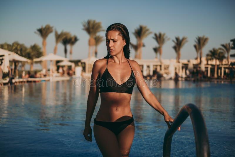Влажная сексуальная девушка выходя бассейн стоковое изображение rf
