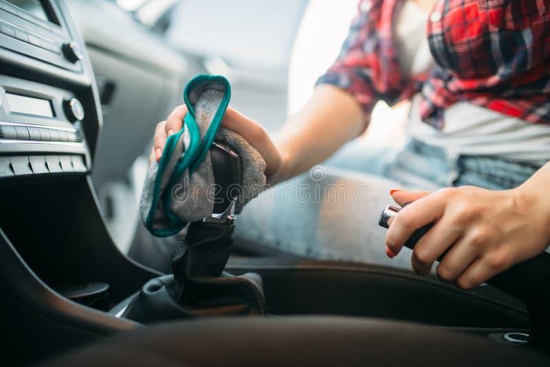 Влажная чистка интерьера автомобиля на мойке машин стоковая фотография rf