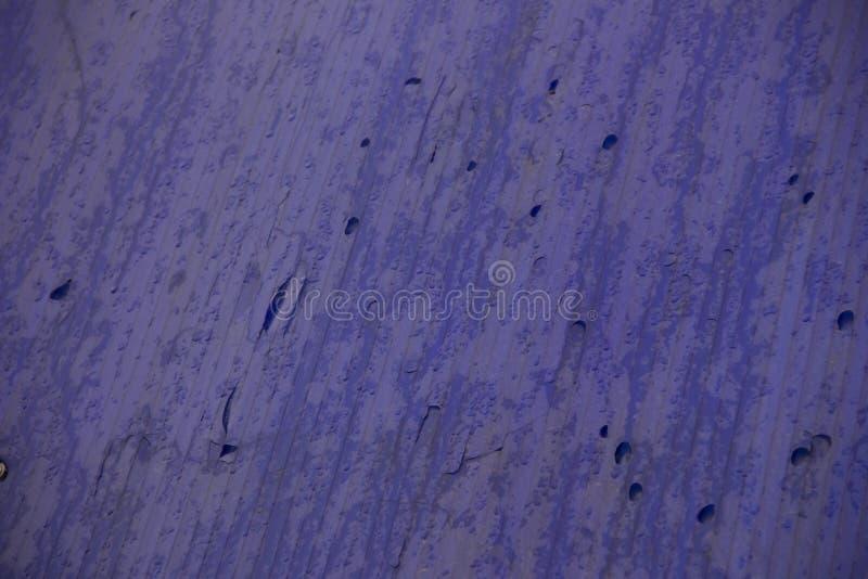 Влажные потеки на голубой пластиковой крыше стоковые изображения rf