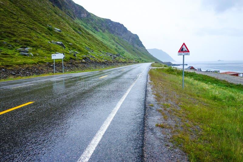Влажные условия дороги в Норвегии около Nordkapp стоковое изображение rf
