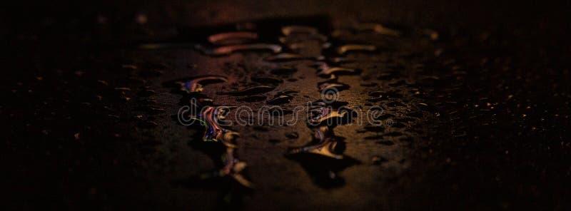 Влажный асфальт, сцена ночи пустой улицы с маленьким отражением в воде стоковые изображения