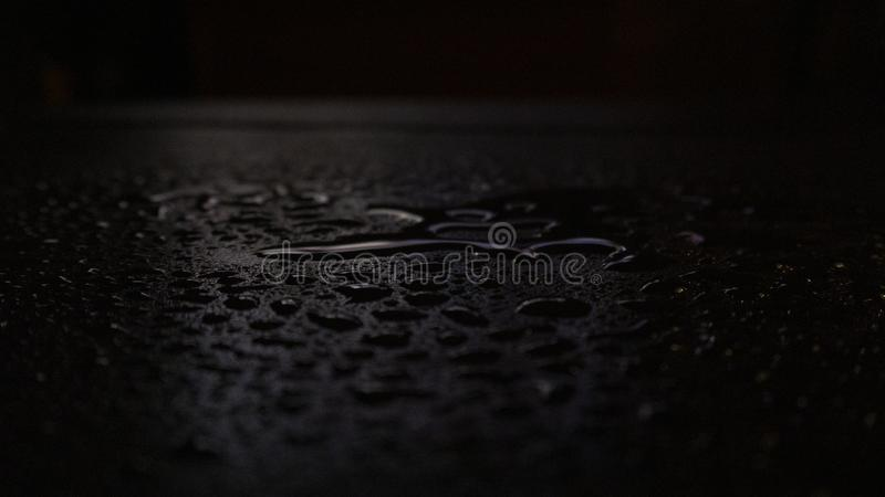 Влажный асфальт, сцена ночи пустой улицы с маленьким отражением в воде стоковое изображение rf