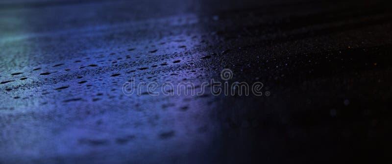 Влажный асфальт, сцена ночи пустой улицы с маленьким отражением в воде стоковая фотография rf